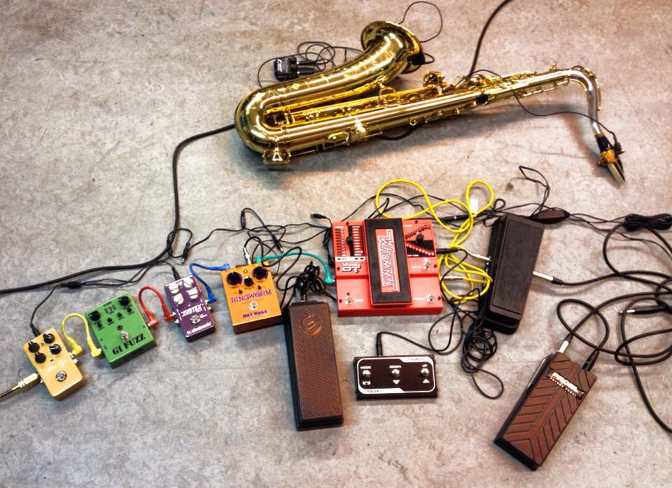 one sees the set up of the saxophone and all its effect pedals